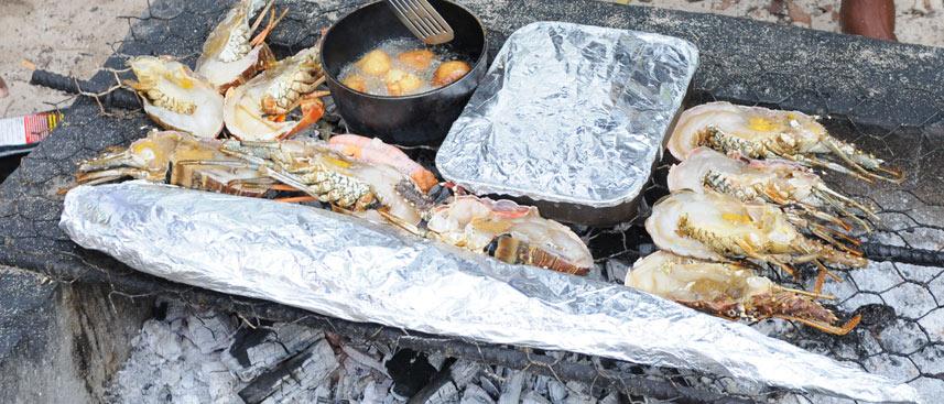 Grill no-limit avec accras, daurade, langoustes et gratin antillais